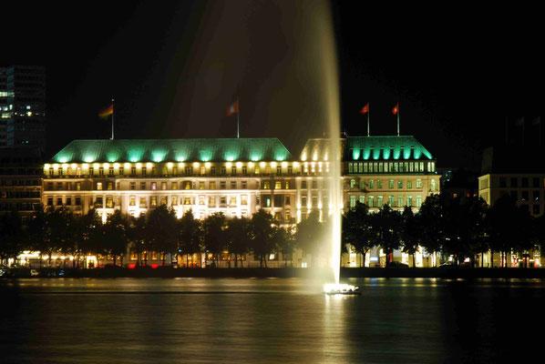 30- Hamburg, an der Binnenalster das Hotel Vier Jahreszeiten beleuchtet in Abendstimmung.
