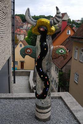 12- Niki de Saint Phalle mit Stadt im Hintergrund