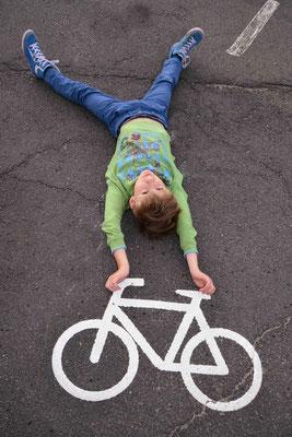 23 - Junge - Fototrick, Junge im Handstand auf einem Fahrrad