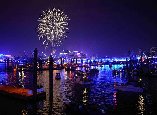 59 - Hamburg feiert blue port und die Stadt, der Hafen, die Kreuzfahrtschiffe erstrahlen in blauem Licht.