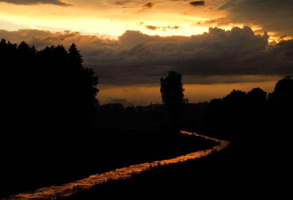 8- Bach, Sonnenuntergang, Spiegelung im Bach, lokks like Lavastrom