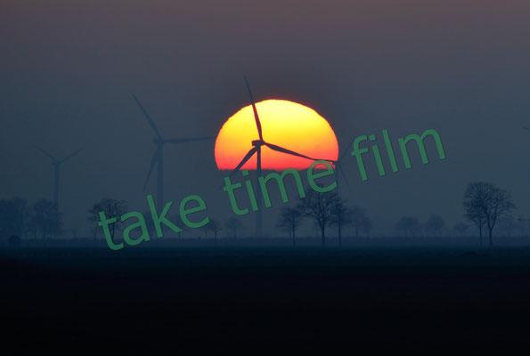 20 - Windkraftanlage vor Morgensonne.
