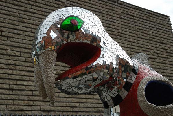 11- Niki de Saint Phalle mit Stadt im Hintergrund