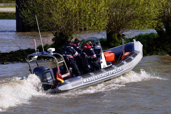 202 - Die Wasserschutzpolizei bei der Arbeit.