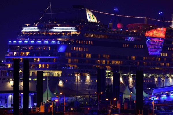 55 - Hamburg feiert blue port und die Stadt, der Hafen, die Kreuzfahrtschiffe erstrahlen in blauem Licht.