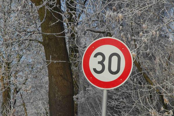 74- Verkehrsschild, 30, Schild, Straßenschild, Winter, Schnee