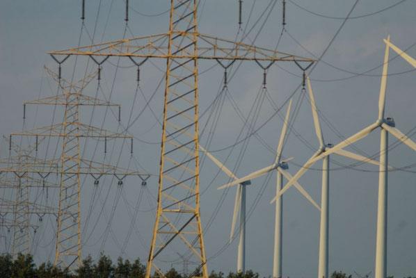 22- Windrad, Windkraftanlage, Windkraft, Windgenerator, Ökostrom, Bützflethermoor, Niedersachsen, Strommasten