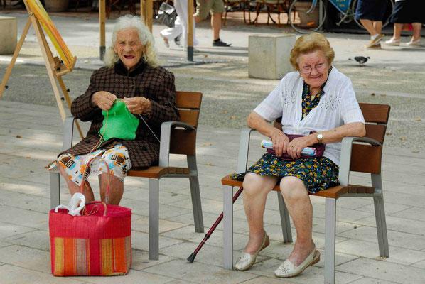 64 - Zwei Damen ruhen sich aus