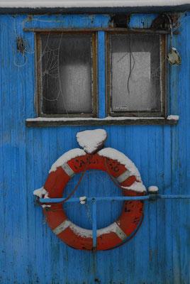 23- blaue Kajüte Detail im Winter mit Rettungsring