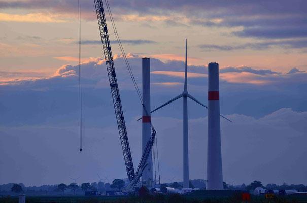 155 - Zwei Masten stehen bereits, ebenfalls der Kran für die Neuerrichtung zweier Windkraftanlagen.