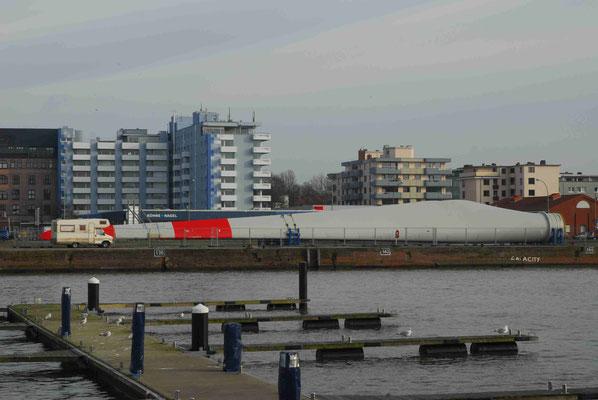98 - Hafen in  Bremerhaven : Windradrotorblätter  vor dem Transport.