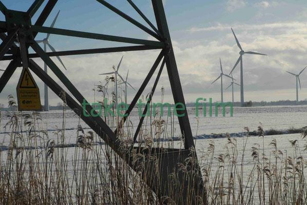 66 - Blick durch den Strommast auf die Windräder bei Oederqaurt.