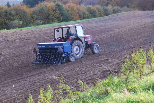 11-  Bauer mit Traktor bestellt sein Feld, Traktor auf Acker