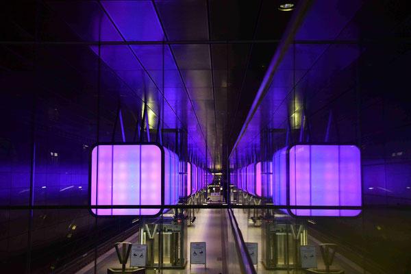 52- U-Bahnstation Hafencity Universität, mit modernem lila Lichtspiel.