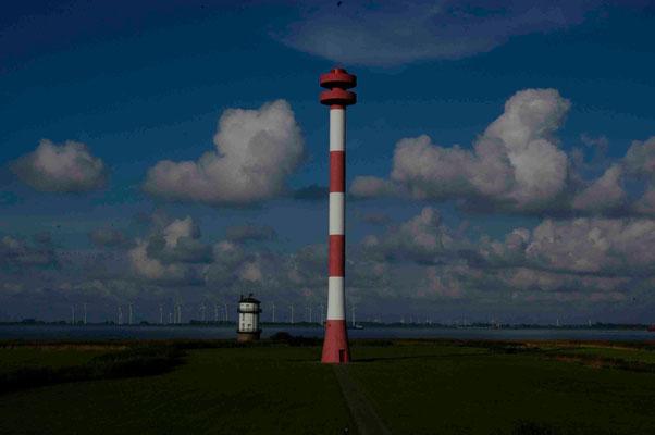 46- Windpark Brunsbüttel, Baljer Leuchttürme Vordergrund, Elbe