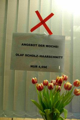 47- Hamburger Friseur wirbt mit Olaf Scholz Haarschnitt zur Wahl.