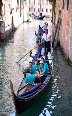 16 - Venedig, Gondelfahrt mit Touristen.
