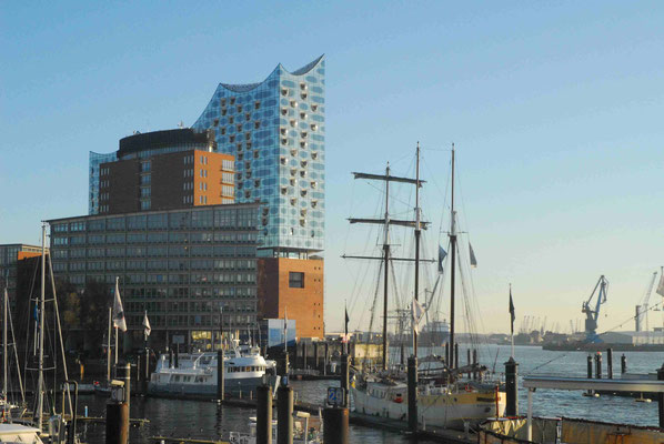 10- Hamburg, Elbphilharmonie mit Hafenimpressionen im Vordergrund.