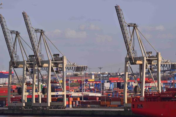Hamburg Hafengelände beim Beladen.