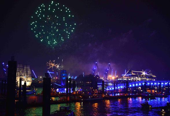 60 - Hamburg feiert blue port und die Stadt, der Hafen, die Kreuzfahrtschiffe erstrahlen in blauem Licht.