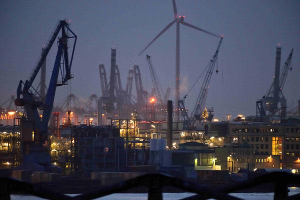 61 - Abendstimmung im Hamburger Hafen in der blauen Stunde.