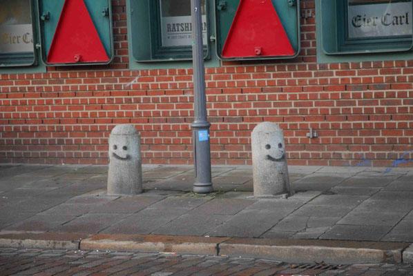 54 - Hamburg streetart, kleine Hamburger mit lächelnden Gesichtern nach OZ.