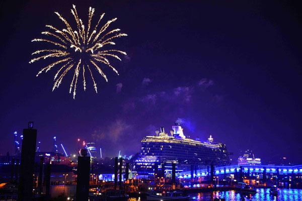 57 - Hamburg feiert blue port und die Stadt, der Hafen, die Kreuzfahrtschiffe erstrahlen in blauem Licht.