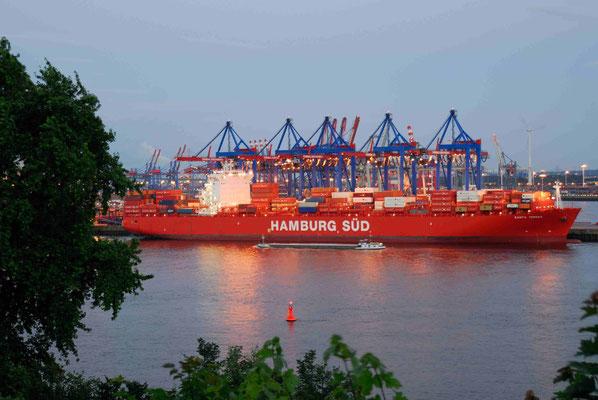 20 - Die Hamburg SÜD beim Be- und Entladen im Hamburger Hafen.