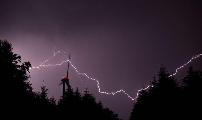11- Windrad, Windkraftanlage, Windpark, Windkraft, Gewitter, Blitz, lightning, Windgenerator, Windpark Oederquart, Niedersachsen, Ökostrom