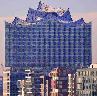 6 - Hamburg Elbphilharmonie mit Hafen City im Vordergrund.
