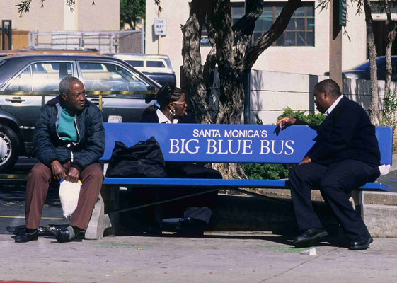 44- Bank, Bushaltestelle, busstop, Santa Monica's , 2 men wating for the bus