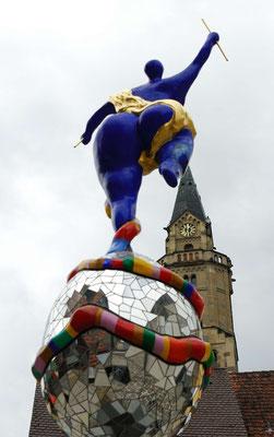 10- Niki de Saint Phalle mit Stadt im Hintergrund