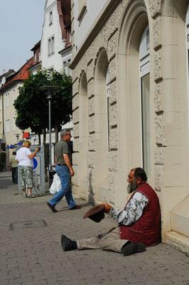 5- Obdachloser bettelt um Almosen auf der Straße