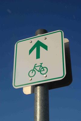 80-  Radweg, Radwanderweg, Route, Hinweisschild, Richtung Rad, Fahrrad