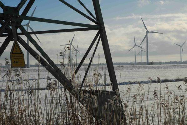 44 - Windrad, Windkraftanlage, Windkraft, Windgenerator, Ökostrom,  Windpark Oederquart, Strommast, Winter, Schnee, verschneit