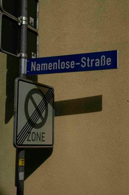 99- Straßenschild Namenlose Straße, Glückstadt