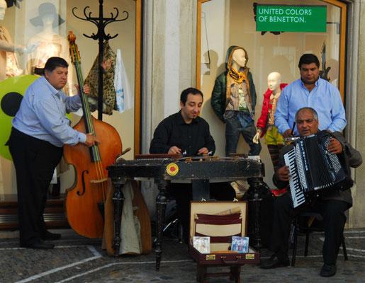33- Zigeunerfamilie Straßenmusik, tolle Musiker vor Benetton-Schaufenster