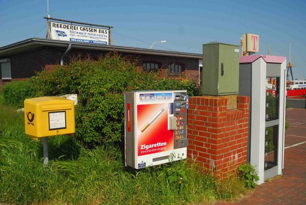 50- Briefkasten, Zigarettenautomat, Stromkasten und Telefonzelle in Reihe