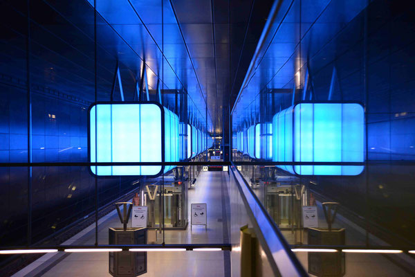 51- U-Bahnstation , Hafencity Universität Hamburg mit Lichtspiel in blau.