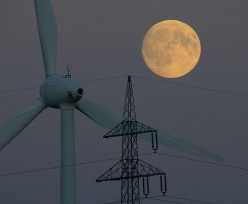 140 - Windrad mit Strommast und Vollmond - ein romantischer Anblick.