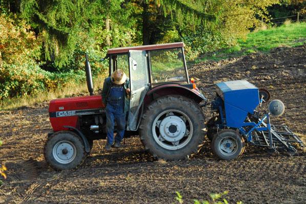 9- Bauer mit Traktor bestellt sein Feld, Traktor auf Acker