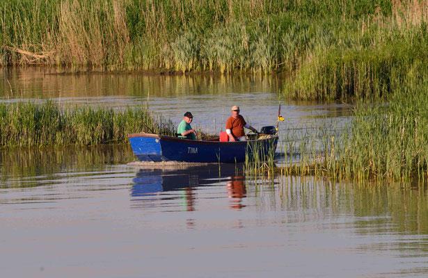 45 - Zwei Kehdinger Fischer im kleinen Boot