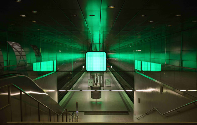 53- U-Bahnstation , Hafencity Universität mit Lichtorgel in grün.