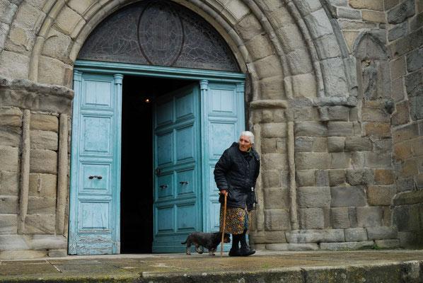 25- alte Oma tritt aus Kirchentür