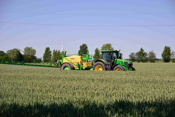 21-  Bauer mit Traktor bestellt sein Feld, Traktor auf Acker