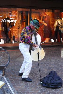 24- lovely crazy musician, Straßenmusiker mit weißem Cello