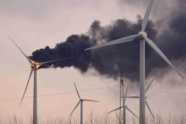 132- Ein Feuer brach am 4. April an einem Windrad in Oederquart aus - vermutlich wegen Überhitzung des Lagers.