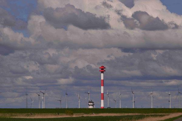 54 - Windpark Brunsbüttel, Baljer Leuchttürme Vordergrund, Elbe