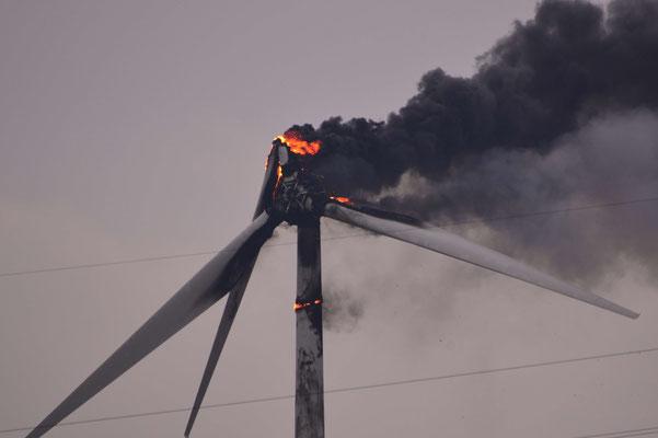 128- Ein Windrad brennt in Oederquart am 04. April 2016, die Rotorblätter fallen brennend herab.