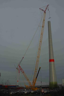 97 - Bau eines Windrades in Bremerhaven mit grossem Kran.